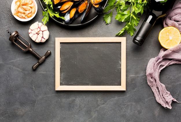 Prato plano de mexilhões cozidos com quadro negro