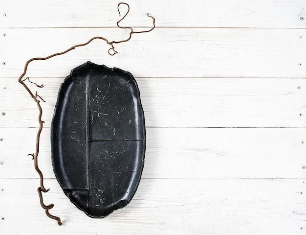 Prato preto vazio na madeira