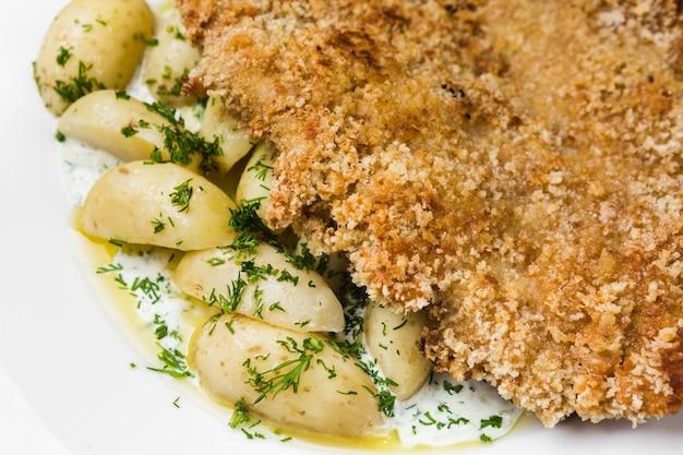 Prato principal de batatas com bife