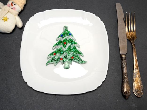 Prato quadrado branco e uma faca vintage com um garfo