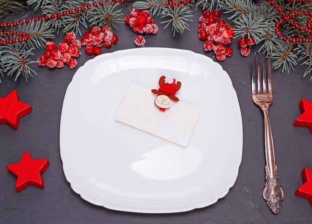 Prato quadrado branco vazio e garfo de ferro