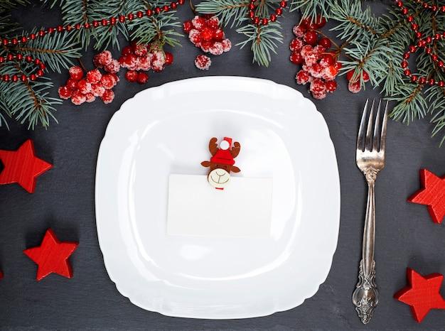 Prato quadrado branco vazio e garfo