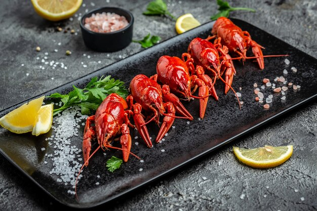 Prato recheado de lagostins cozidos, cozinha tradicional sueca, menu de restaurante