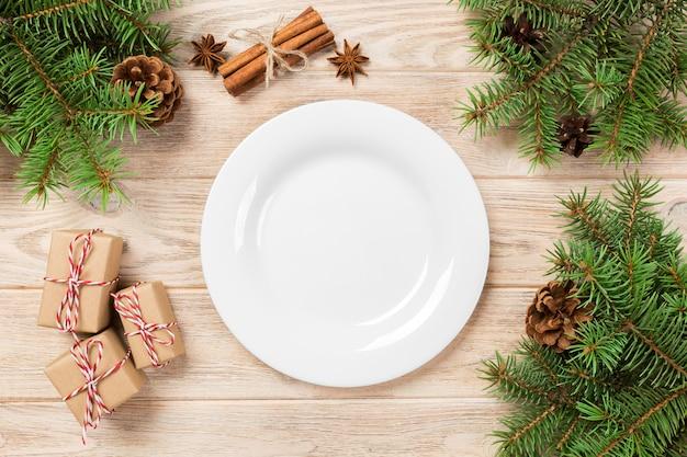 Prato redondo branco na mesa de madeira branca. visão de perspectiva