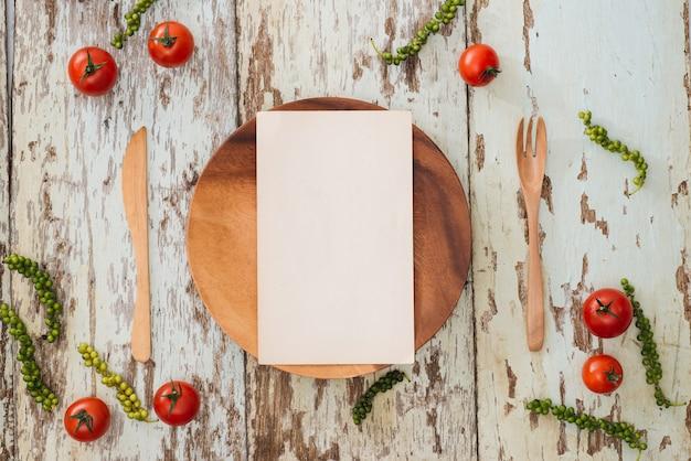 Prato redondo de madeira vazio no fundo da mesa de madeira