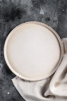 Prato redondo vazio branco, fundo do restaurante. vista do topo. copie o espaço.