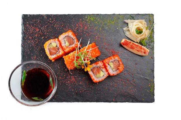Prato retangular preto com sushi, isolado no branco