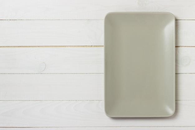 Prato retangular vazio na mesa de madeira