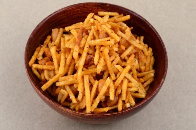Prato salgado frito - chivda ou mistura feita de farinha de grama e misturada com frutas secas.