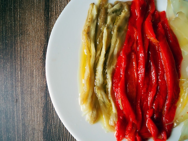 Prato saudável de vegetais grelhados chamado escalivada