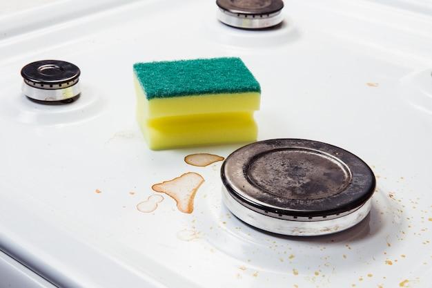 Prato sujo com manchas e esponja