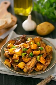 Prato tártaro asiático tradicional. batata cozida com carne de carneiro e legumes