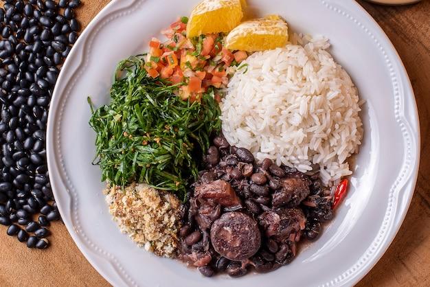 Prato típico brasileiro chamado feijoada feito com feijão preto de porco e linguiça
