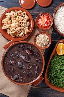 Prato típico brasileiro chamado feijoada. feito com feijão preto, porco e linguiça. vista do topo