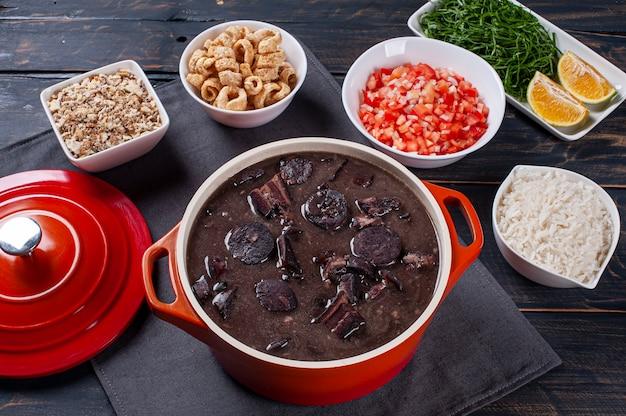 Prato típico brasileiro chamado feijoada. feito com feijão preto, porco e linguiça