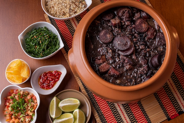 Prato típico brasileiro chamado feijoada