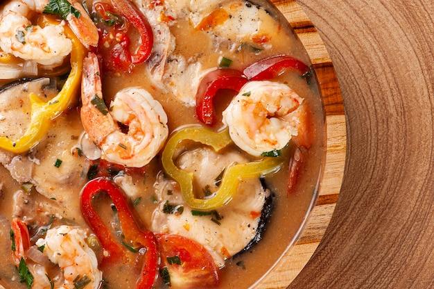 Prato típico da culinária brasileira chamado moqueca de peixe com camarão. vista do topo