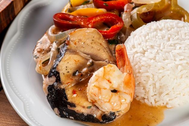 Prato típico da culinária brasileira chamado moqueca de peixe com camarão