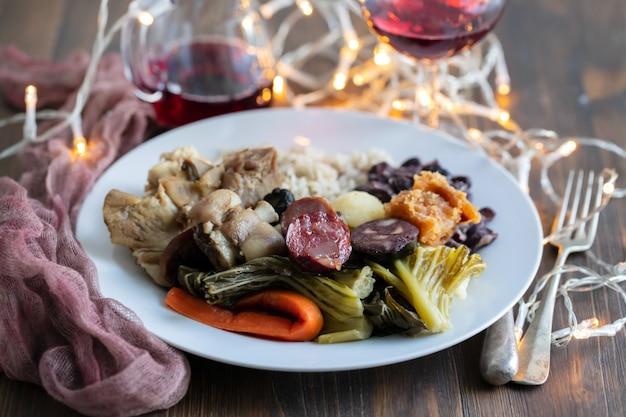 Prato típico português carnes cozidas, enchidos, legumes e arroz em prato branco