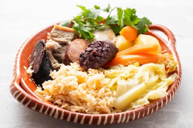Prato típico português cozido a portuguesa em prato de cerâmica