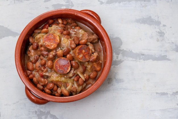 Prato típico português feijão com carnes, legumes e enchidos