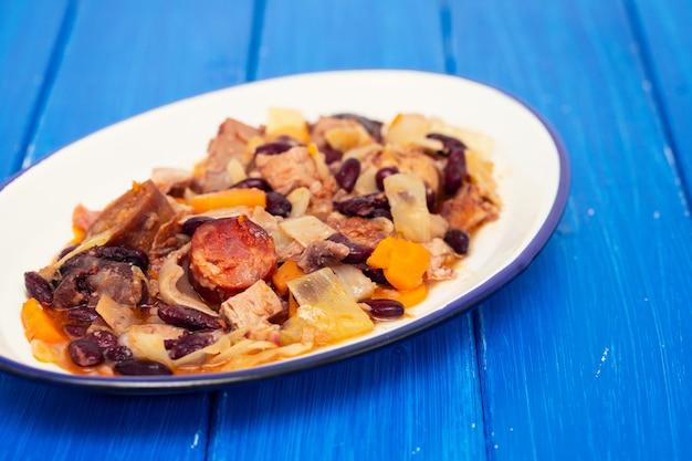 Prato típico português feijoada transmontana em chapa branca