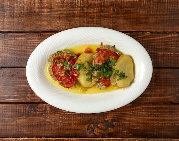 Prato tradicional azeri com carne e batatas