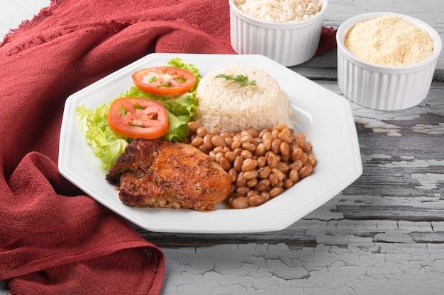 Prato tradicional da comida brasileira com feijão com arroz.