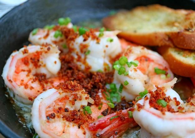 Prato tradicional espanhol de camarão alho ou gambas al ajillo