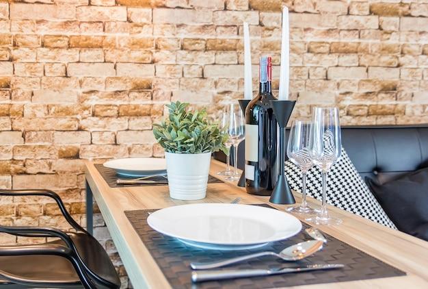 Prato vazio branco com faca, copos, garfos, facas e pratos em uma mesa no restaurante