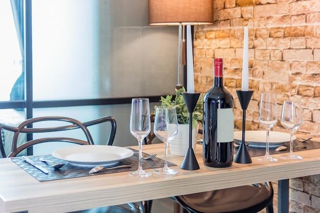 Prato vazio branco com faca, copos, garfos, facas e pratos em uma tabela