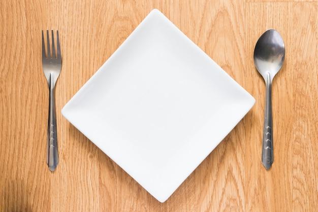 Prato vazio, colher e garfo
