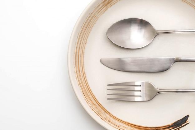 Prato vazio colher garfo e faca