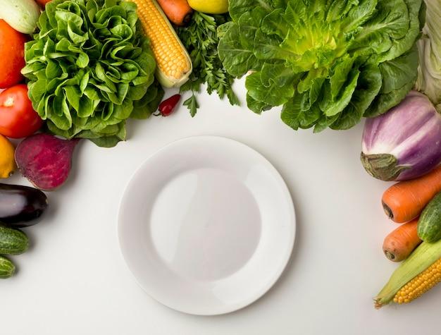 Prato vazio com arranjo de vegetais