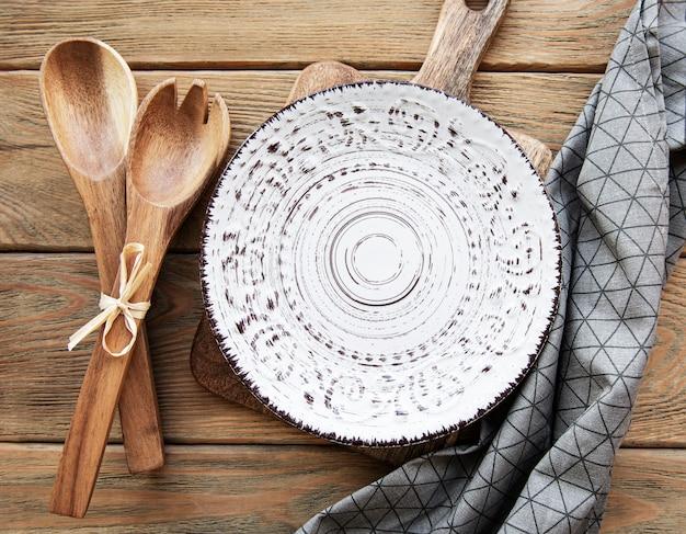 Prato vazio com guardanapo em uma velha mesa de madeira