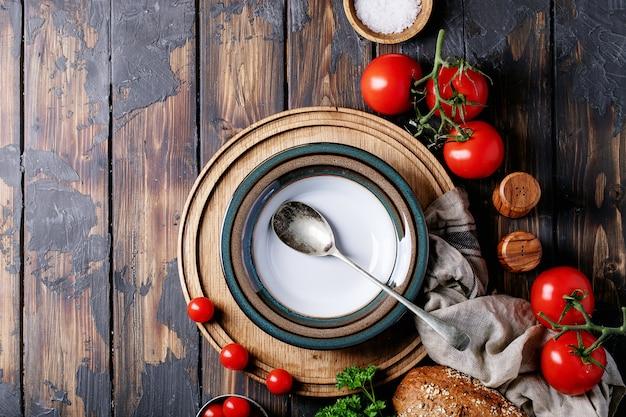 Prato vazio de cerâmica com tomates frescos