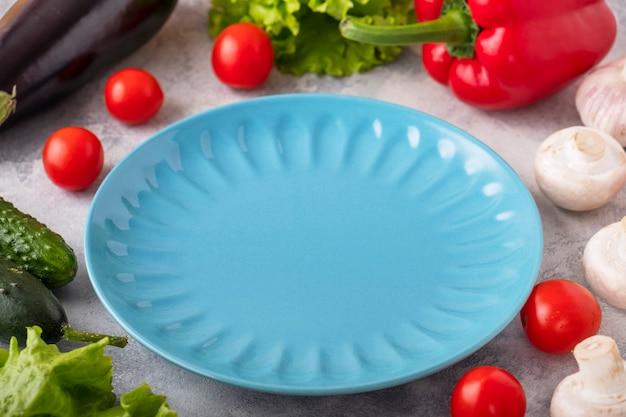 Prato vazio de cor com legumes frescos. conceito de culinária e vegetariano. comida saudável.