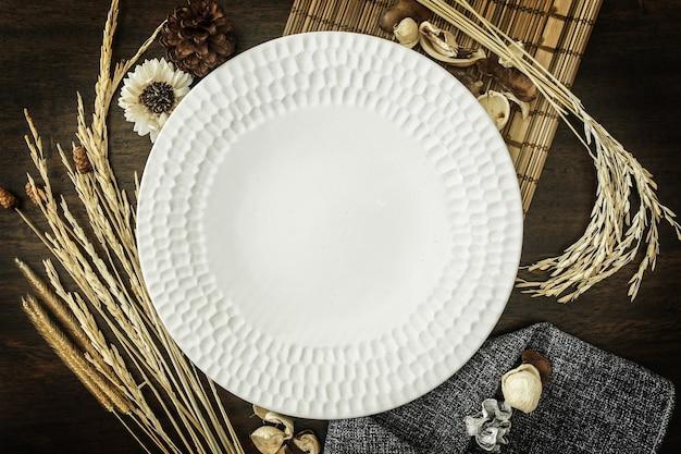 Prato vazio decorado com cereais