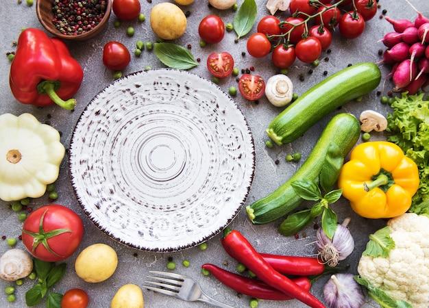 Prato vazio e legumes frescos