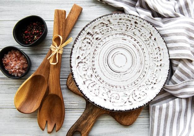 Prato vazio em uma mesa de madeira