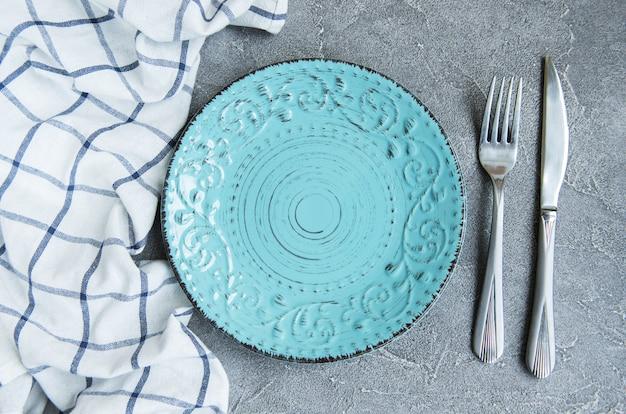 Prato vazio na toalha de mesa