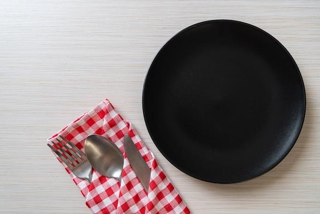 Prato vazio ou prato com faca, garfo e colher