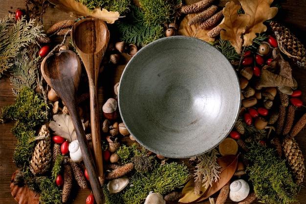 Prato vazio sobre um ambiente mágico de fundo de floresta outonal