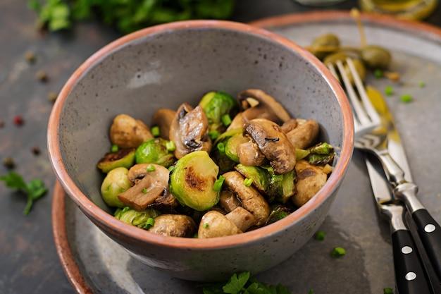 Prato vegan. cogumelos cozidos com couves de bruxelas e ervas.