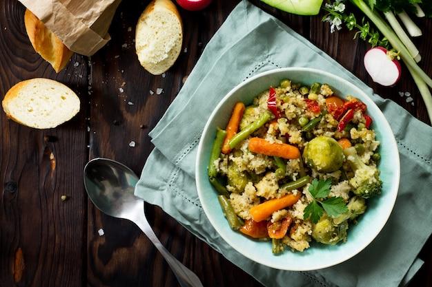 Prato vegano com dieta saudável, cuscuz e vegetais, vagens, couve de bruxelas, cenouras