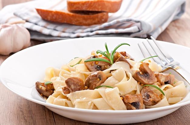 Prato vegetariano com tagliatelle e cogumelos