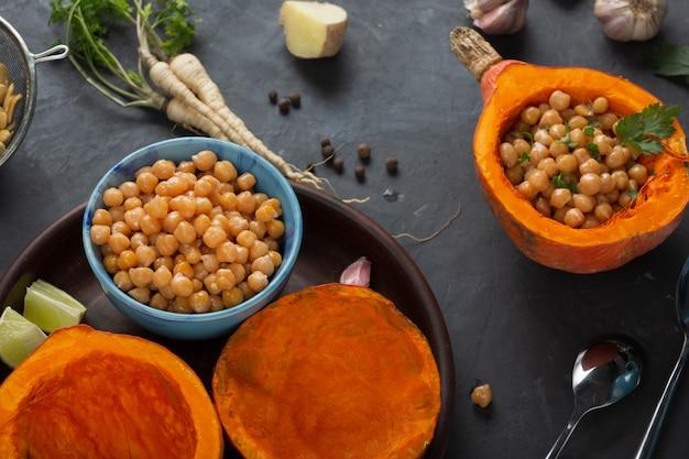 Prato vegetariano de grão de bico com abóbora. alimentação saudável, close-up