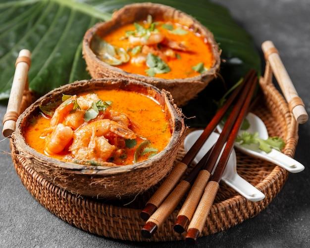 Pratos angulares de camarão com palitos