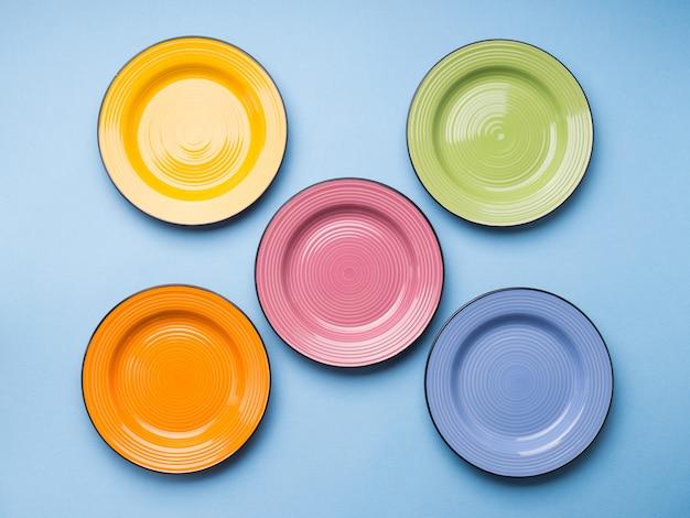 Pratos cerâmicos coloridos. lay plana