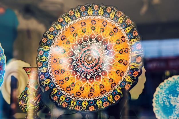 Pratos coloridos em loja de cerâmica em rodes, grécia.